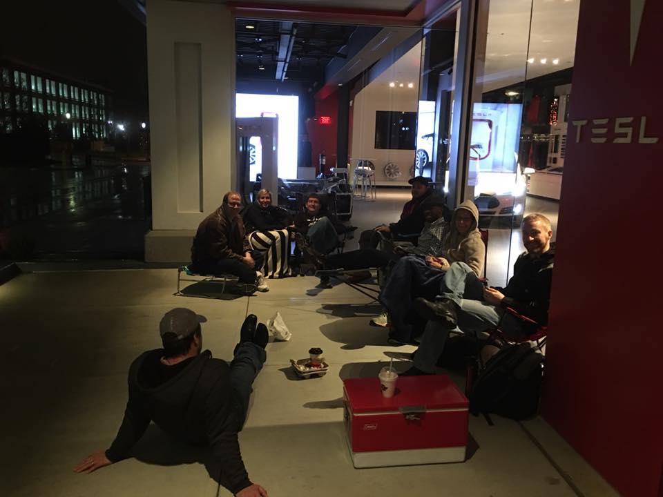 Des gens campent devant le magasin Tesla A Colombus