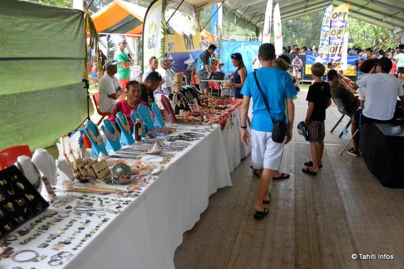 Des artisans à l'entrée du festival