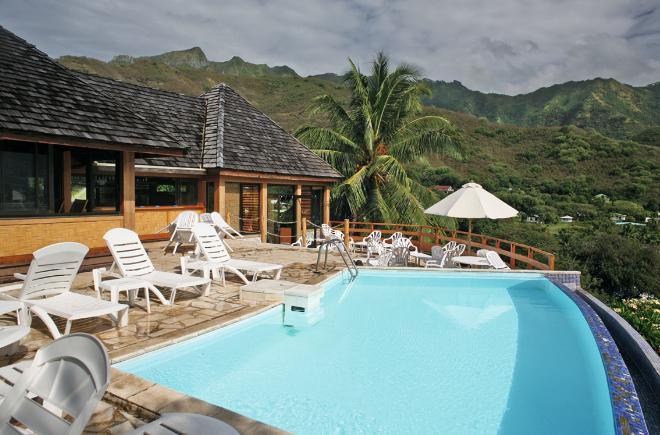 La piscine de l'hôtel Keikahanui Pearl Lodge domine la baie de Taiohae ; l'endroit stratégique le mieux placé pour surveiller le modeste trafic maritime local, un verre à la main