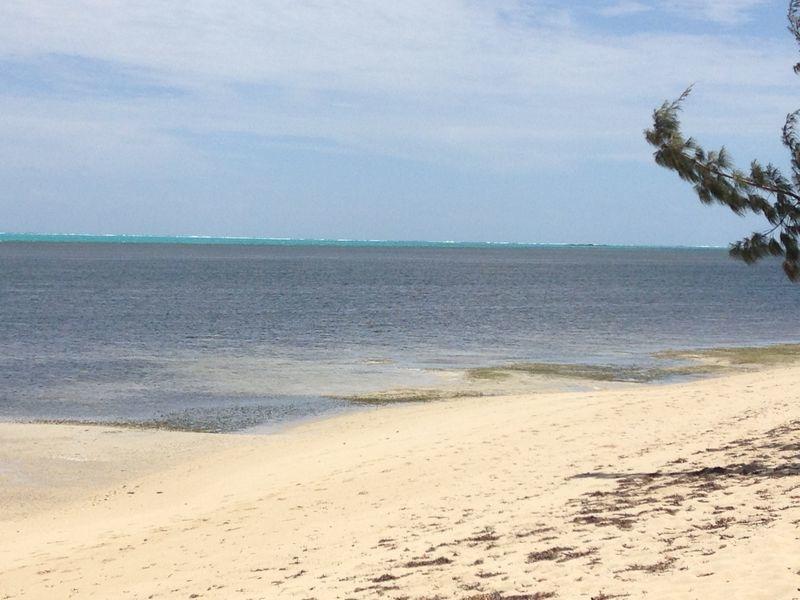 La paisible plage de Poé est de plus en plus fréquentée. Mais après l'attaque, c'est un lagon uniquement sillonné par le bateau des pompiers, survolé par l'hélicoptère du Samu, qui s'offrait au regard.