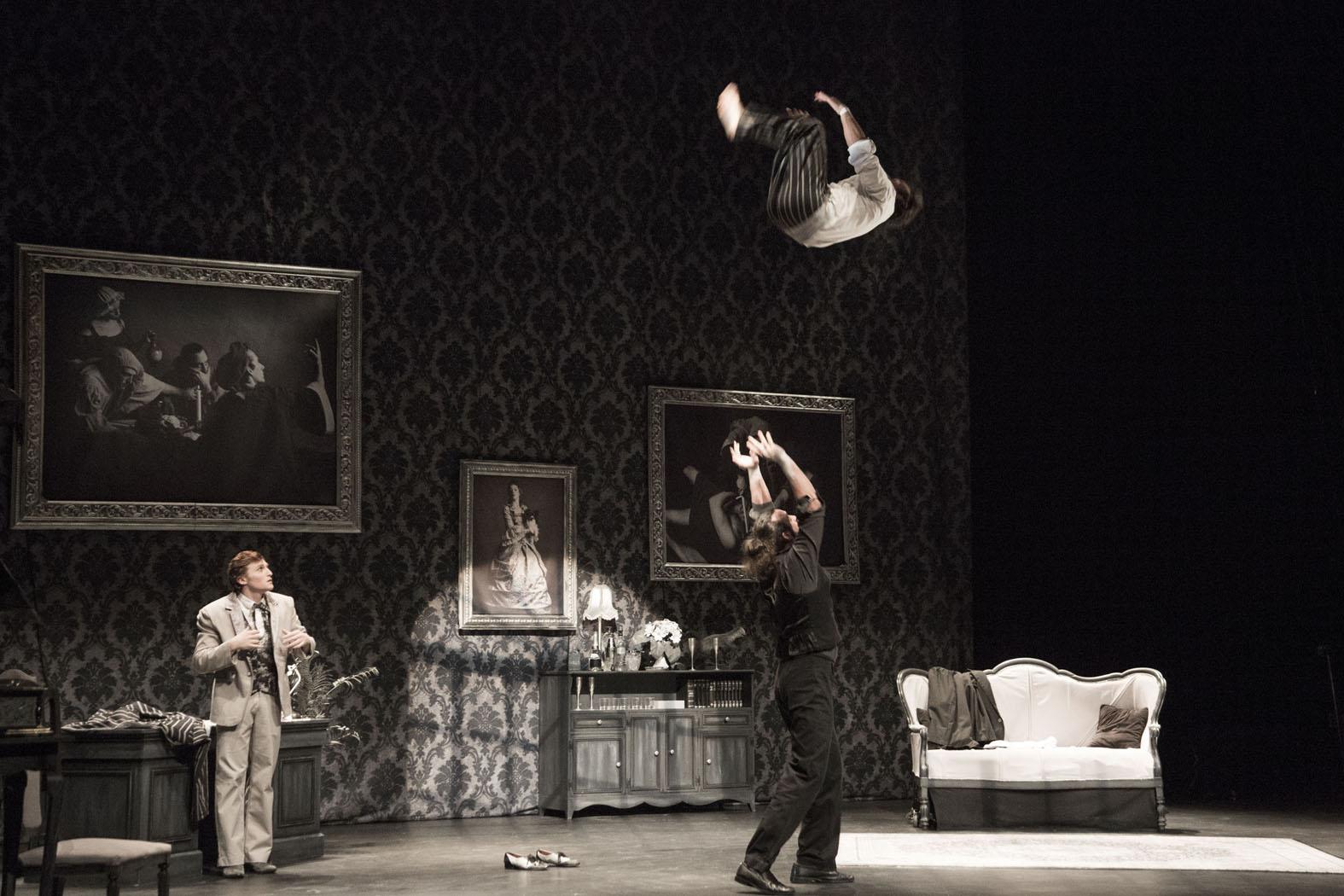 """""""Elephant in the Room"""" est une fusion unique et comique entre le cirque, les films noirs hollywoodiens et le théâtre physique."""