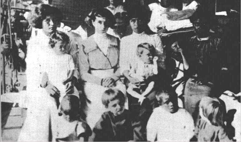 Les survivants de Clipperton, des femmes amaigries et leurs enfants, très petits pour leur âge.
