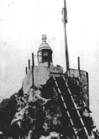 """Le phare de l'atoll, d'où le """"roi"""" Alvarez faisait régner la terreur."""