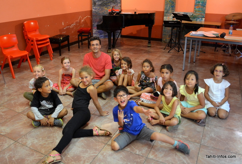 Les enfants de la chorale entourant Stéphane Lecoutre.