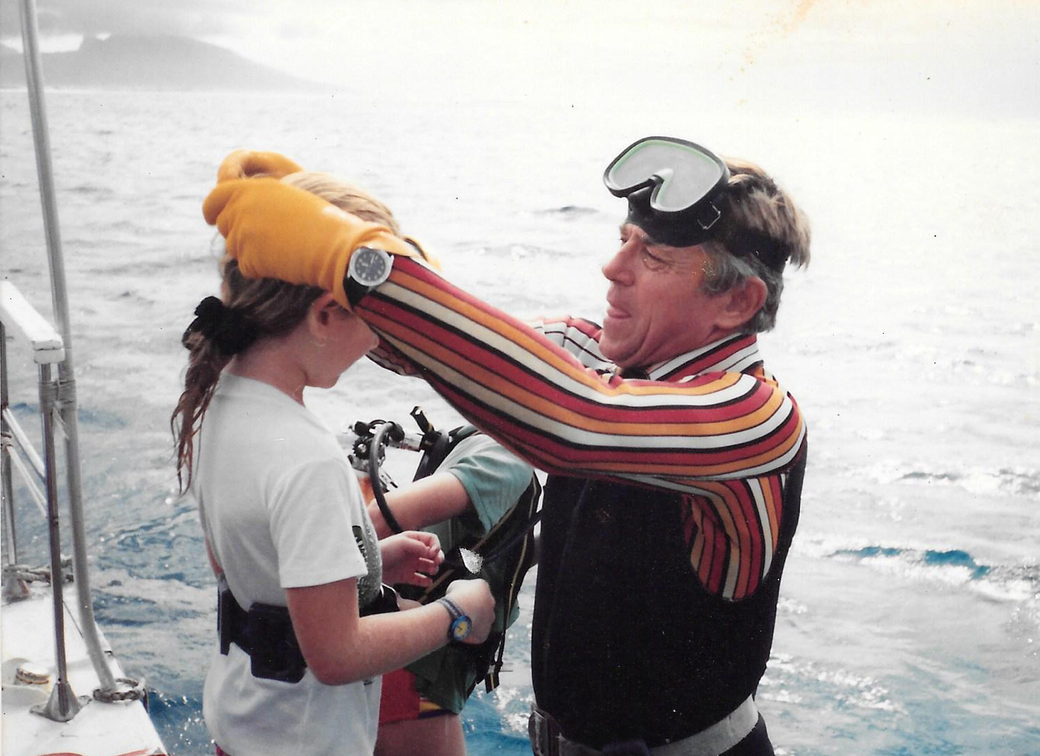 """Henri, avec une de ses jeunes plongeuses, à bord du """"Moana Roa"""". C'est sans doute l'image que tout le monde conservera de lui."""