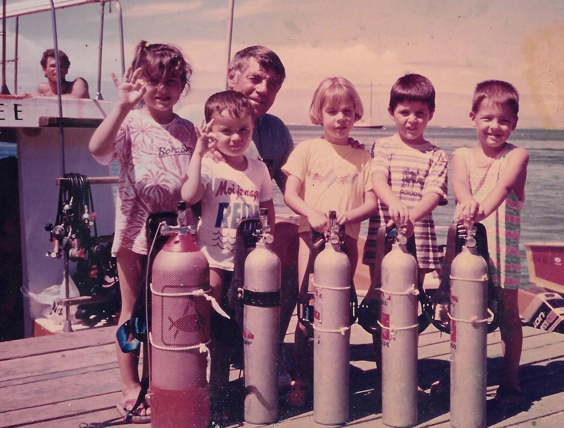 Henri avec un de ses jeunes diplômés. Des centaines et des centaines d'enfants ont découvert le monde sous-marin grâce à lui.