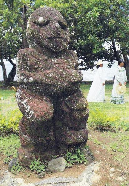 Moana dans le jardin du musée Gauguin, à Papeari en 1985.