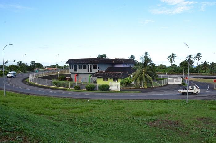 La station d'épuration de Punaauia fonctionne avec un traitement physico-chimique et n'a donc pas besoin d'une grande emprise foncière. Elle est connectée avec les eaux usées de 4000 habitations (tous les lotissements de Punaauia sortis de terre depuis 2002, mais également la vallée de la Punaruu).