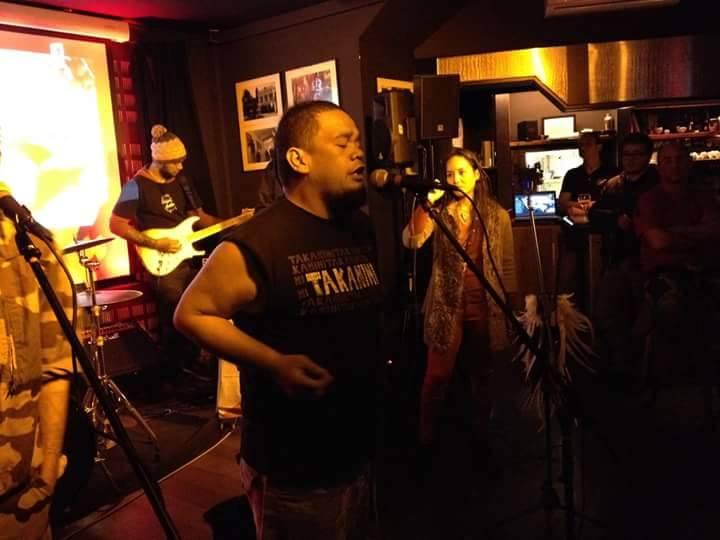 Le groupe en concert à Bordeaux. Crédit : Takanini