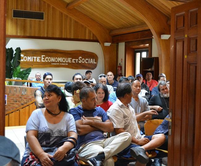 La foule se pressait ce mardi matin aussi bien dans la salle plénière que dans le hall du CESC. Vers 11 heures, les représentants syndicaux du collège des salariés ont quitté cette présentation.