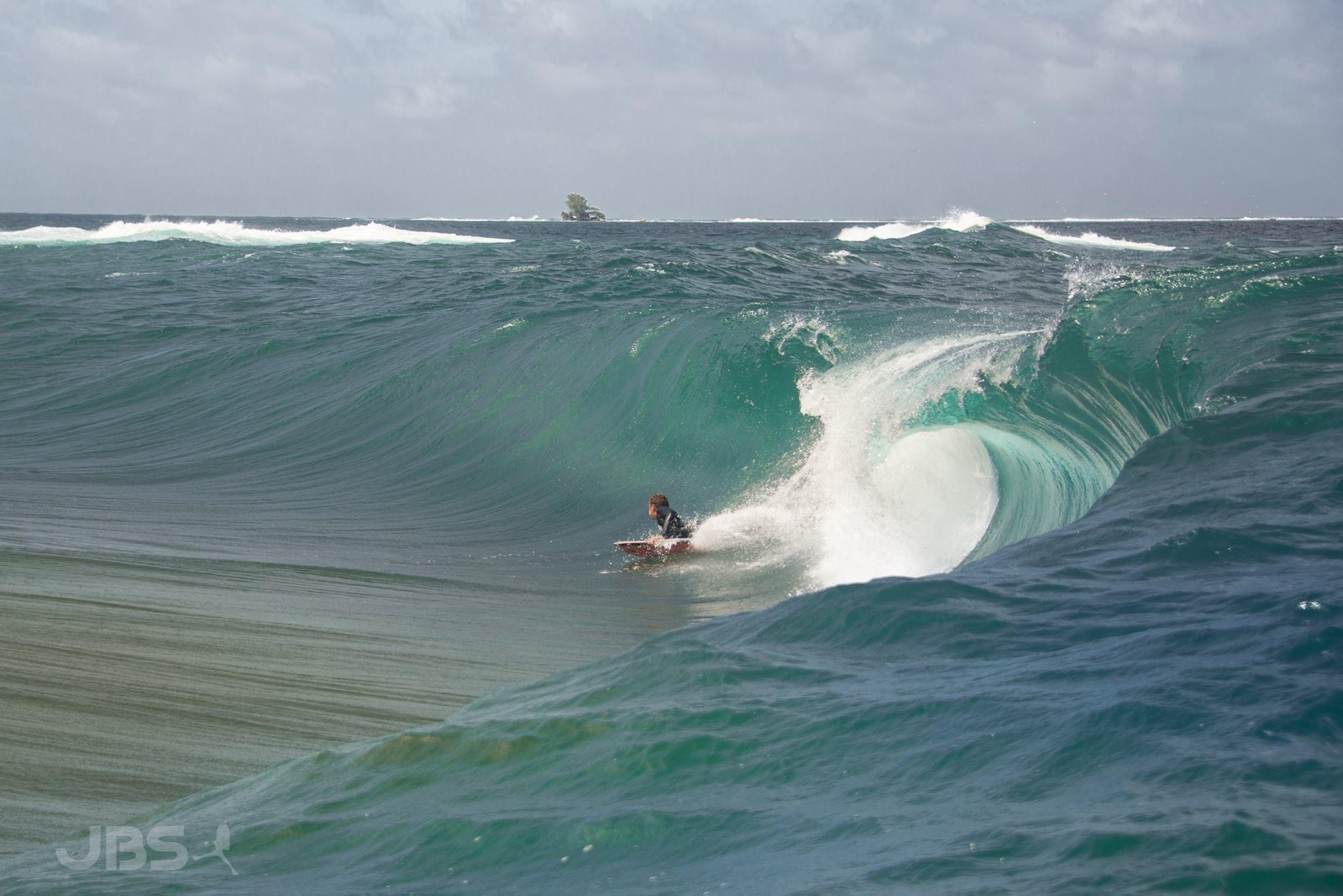 Alvino Tupuai sur un spot de la côte est © JBS Pictures