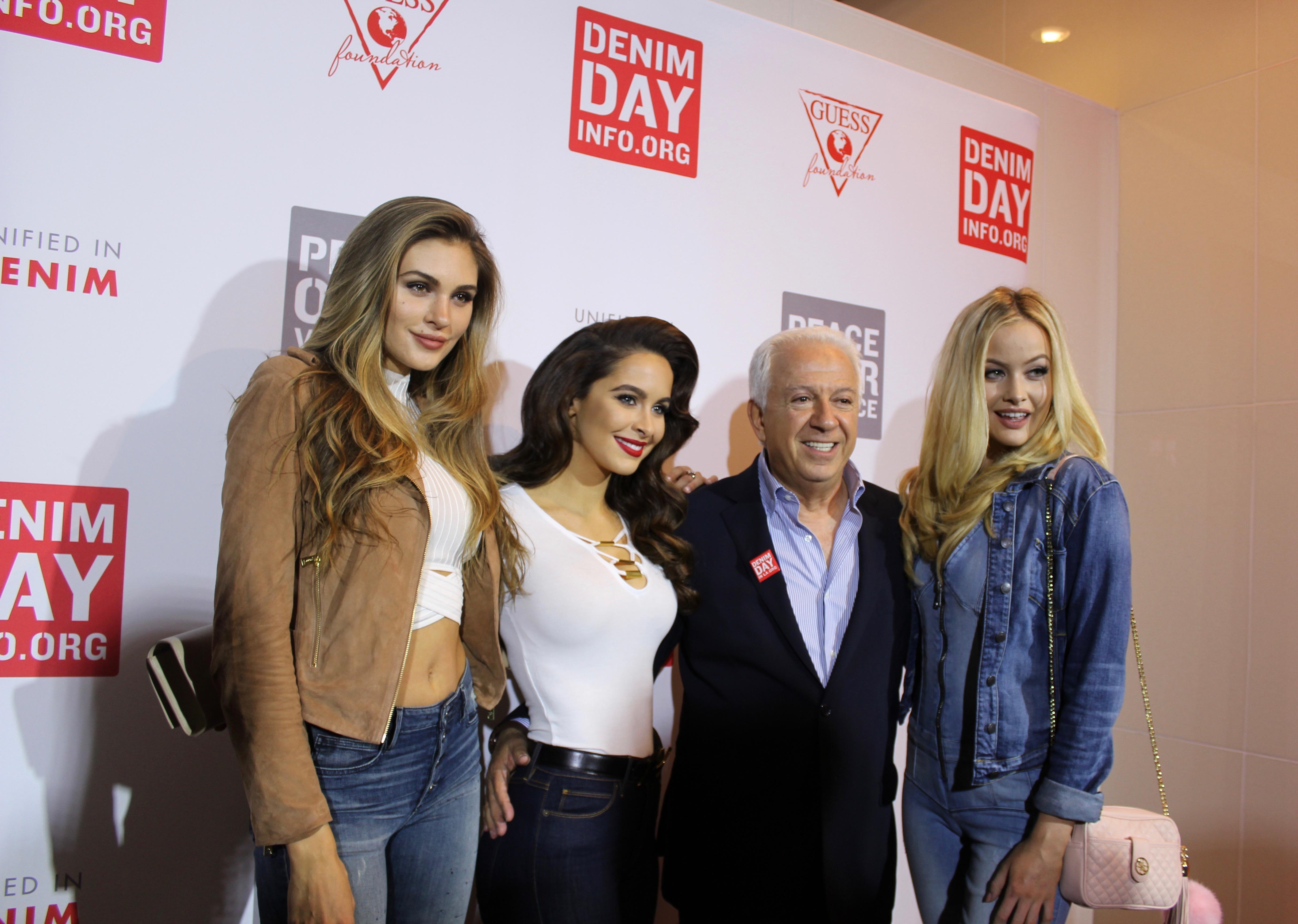 Paul Marciano, et les mannequins de Guess lors de la soirée de lancement des Denim Day 2016 au Musée Moca de Los Angeles le 22 mars dernier.