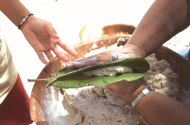 La galete, avant d'être cuite, est  placée entre deux feuilles de kahaia.