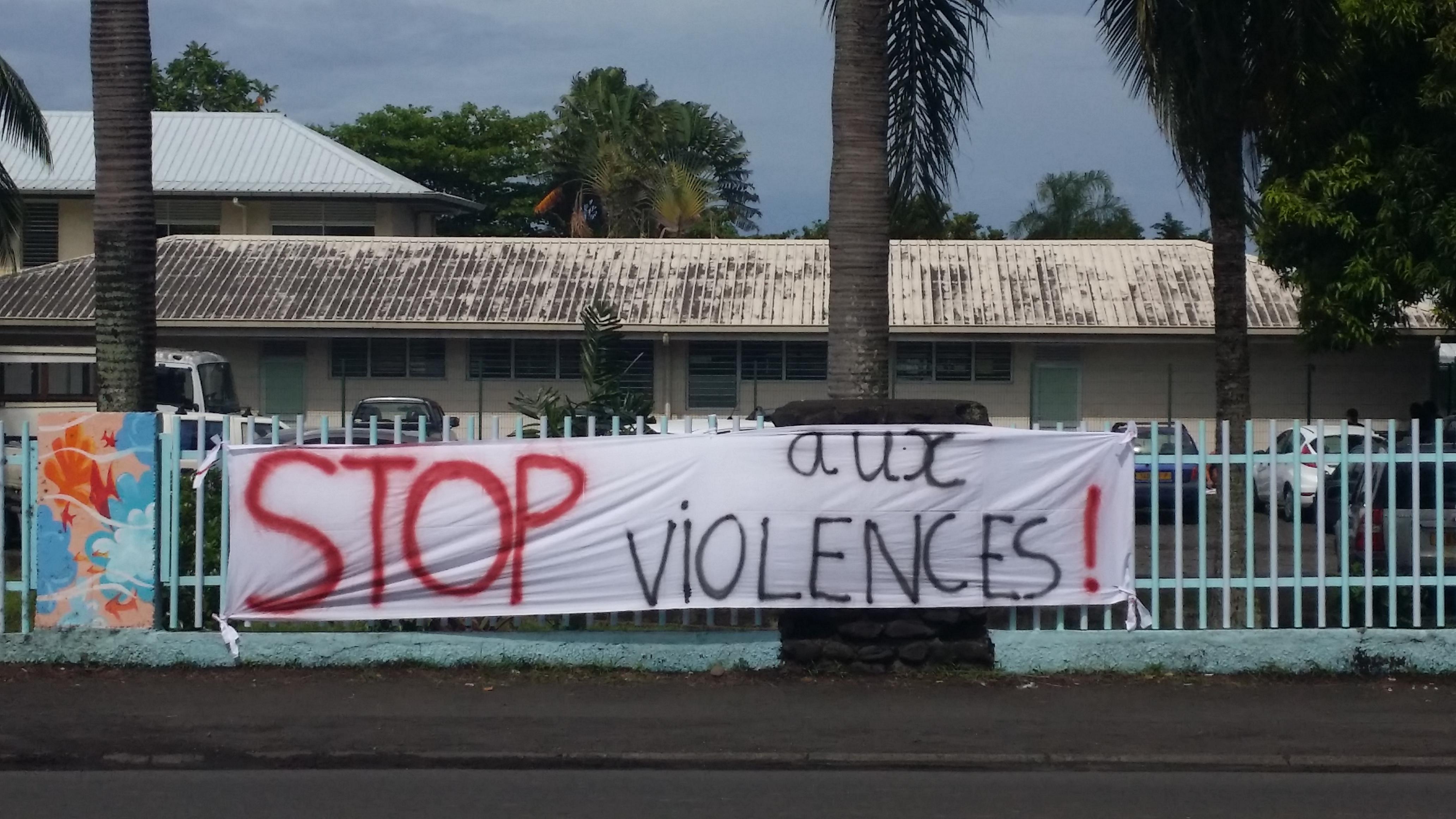 Des banderoles ont été affichées sur la barrière du collège