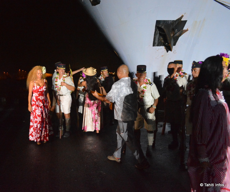 La foule a accompagné les Tamarii Volontaires jusqu'au bateau, souhaitant à ces héros de tous revenir. Malheureusement, 1 sur 4 ne reverrait jamais son île natale.