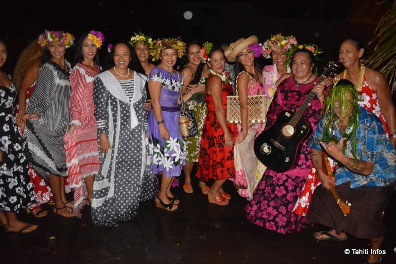 La troupe de Makau a joué la population disant au revoir à ses héros