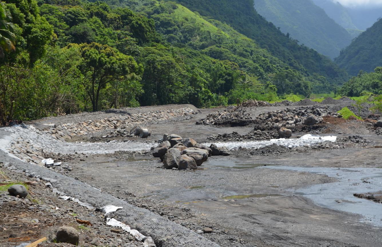 Les travaux d'aménagement d'un bassin dégraveur, dans le lit de la Taharuu à Papara.