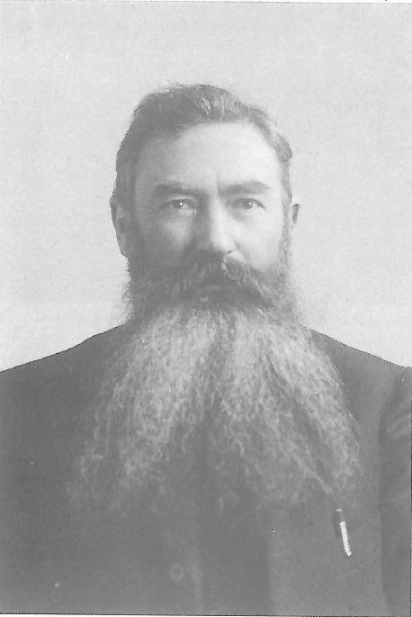 Un portrait d'Emmanuel Rougier ; l'œil est vif, le visage est carré, l'homme d'action transparaît devant l'objectif du photographe.