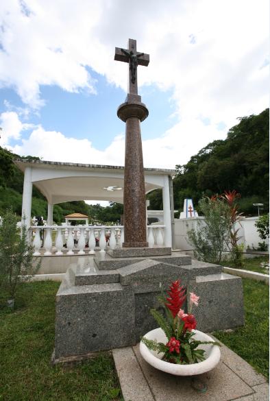 La tombe majestueuse d'Emmanuel Rougier à l'Uranie. Plus de 80 après sa mort, elle est toujours fleurie (photo DP).