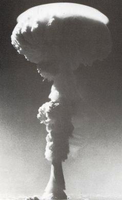 Le premier test nucléaire britannique à Christmas eut lieu le 15 mai 1957 (notre photo). Il y en eut 32 (GB et USA) jusqu'en 1962. Rougier avait planté 800 000 cocotiers sur l'île.