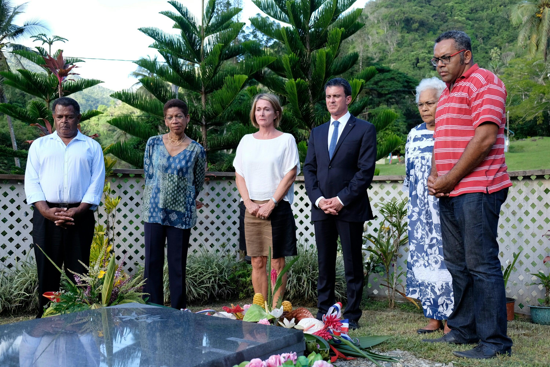 Manuel Valls s'est recueilli samedi sur la tombe de Jean-Marie Tjibaou. Photo : AFP