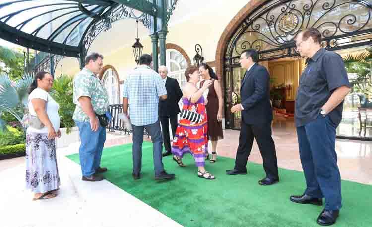 Les représentants syndicaux qui ont accepté ce rendez-vous traditionnel du 1er mai avec le gouvernement sont accueillis par les ministres mobilisés sur le perron de la présidence de la Polynésie française.
