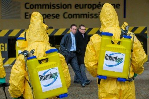 Des militants de Greenpeace manifestant le 7 novembre 2012 devant la Commission européenne.