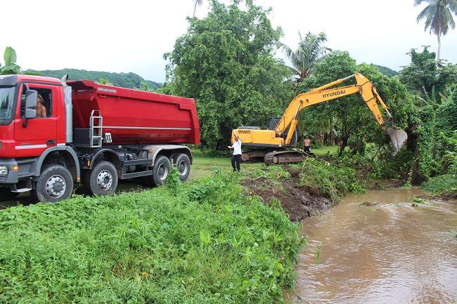 Le nettoyage des caniveaux, rivières et des ruisseaux est en cours dans ces quartiers où l'eau monte vite dès qu'il pleut fort.