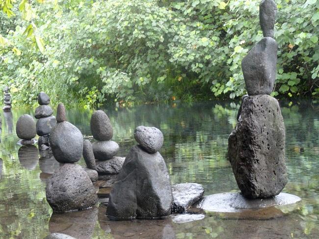 Ces statues de pierres, impressionnantes, vous donnent l'impression d'être observé. Elles représentent la foule, on y voit des familles, des mères et leurs enfants, des hommes, on y sent des âmes.
