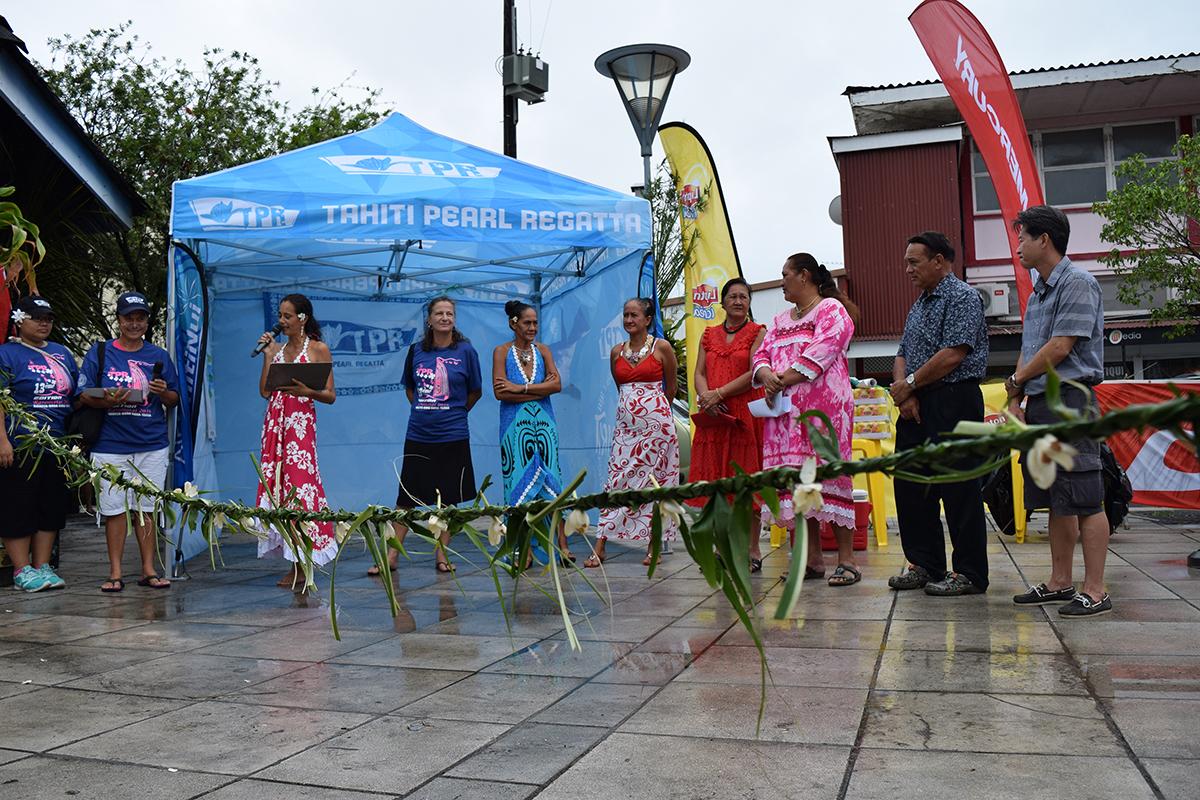 La présidente de Raiatea Regatta Violetta Amaru-Paradot, Stéphanie Betz d'Archipelagoes, les représentantes du comité du marché d'Uturoa, la maire d'Uturoa Mme Sylviane Terooatea, le tavana hau M. Yannick Ebb et le président d'Uturoa Centre Ville M. Andy Tangue, également représentant de la CCISM, ont inauguré le Village TPR ce matin.