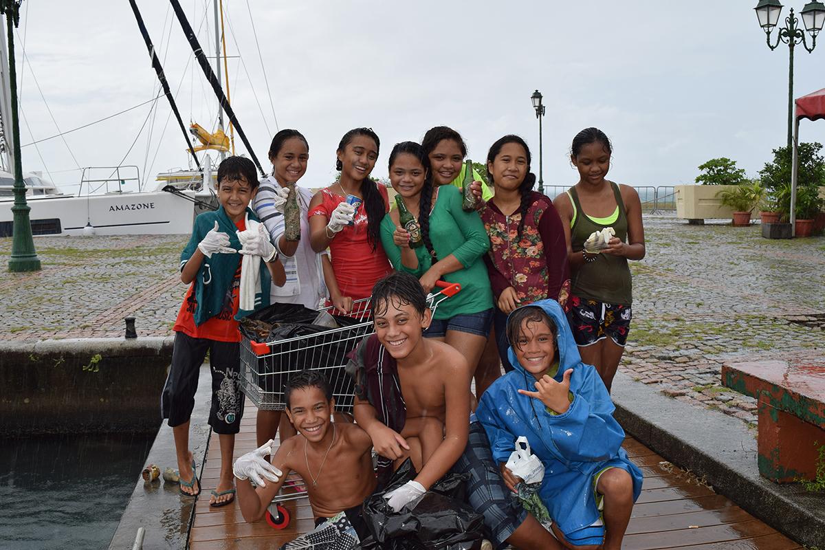 Les 5e du collège Anne-Marie Javouhey ont participé au nettoyage du port d'Uturoa, organisé par Raromatai Environnement avec la complicité d'Hemisphere Sub et l'association Black Fins.