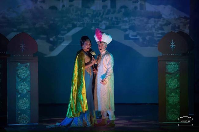 Sur scène, Reva joue le rôle de la princesse Jasmine. Elle chante avec Aladdin.