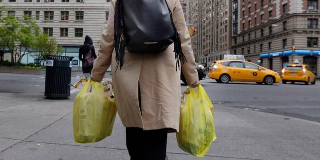 A partir du 1er octobre, les New-Yorkais devront payer au moins 5 cents (4 centimes d'euros) par sac jetable en plastique ou papier.
