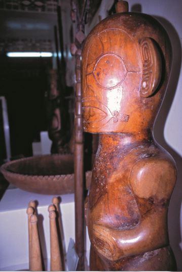 Très beau tiki de bois au musée de Vaipaee.