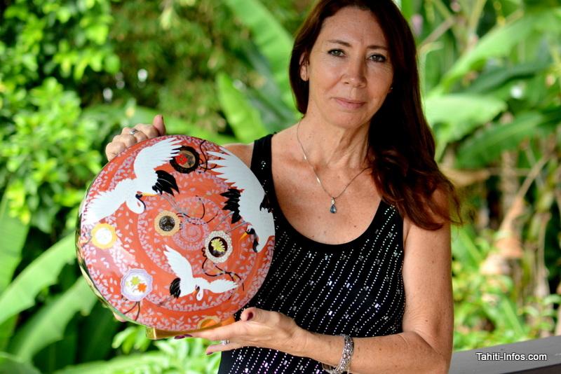 """Yane Vappereau avec le vase qui a obtenu un prix d'argent. Le thème du concours : """"le Vent""""."""