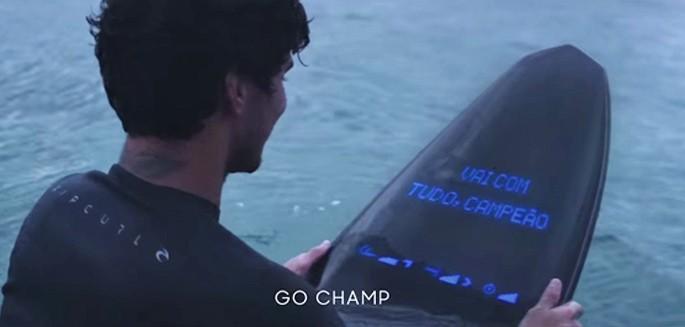 Gabriel Medina, le champion brésilien, a testé la board futuriste de Samsung Galaxy, bijou de technologie.