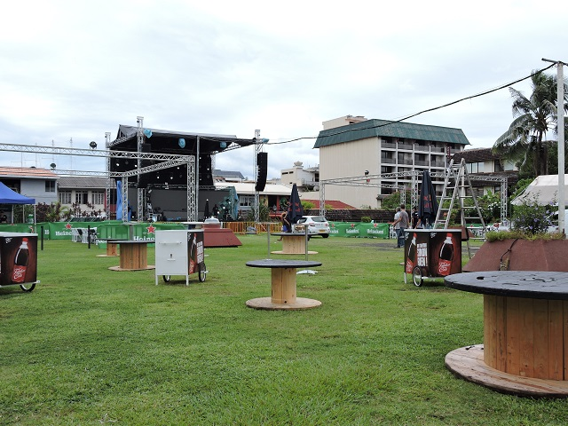 Dans les jardins de la mairie de Papeete, on s'active toujours sur les préparatifs avant le show de ce soir.