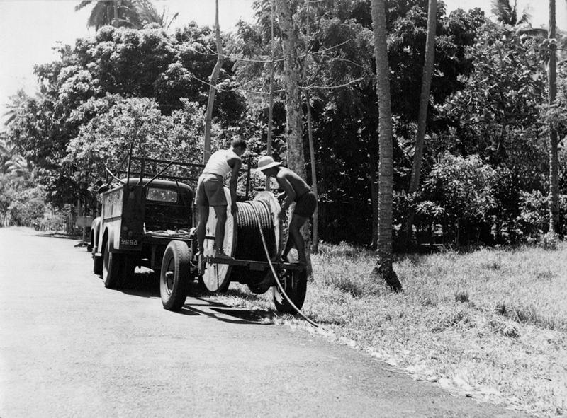 L'équipe du réseau télécom avec la dérouleuse de câble sur Taravao vers 1950
