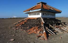 Pour survivre, des Indonésiens deviennent guides touristiques d'un volcan de boue