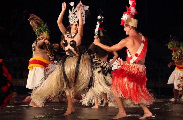 Les groupes de danse du Heiva qui se produisent pour des hôtels ont parfois beaucoup de mal à être payés pour leurs prestations. (Crédit Photo : Ch. Durocher- P.Duboureau)
