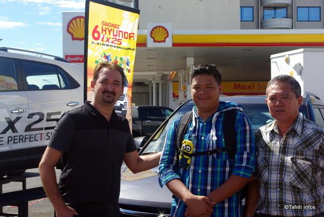 De gauche à droite : Teiki Vahine de Sopadep, Ariimanarautaumaiterai Wang Cheou, l'heureux gagnant et Hans Ata, responsable réseaux des Stations Shell