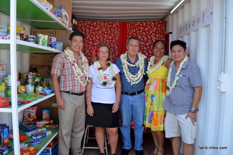 Les bénévoles de la Croix Rouge, le maire de Punaauia Ronald Tumahai et le patron d'un des commerces qui a permis de constituer les stocks de produits alimentaires de l'épicerie Fare Hotu no Punaauia.
