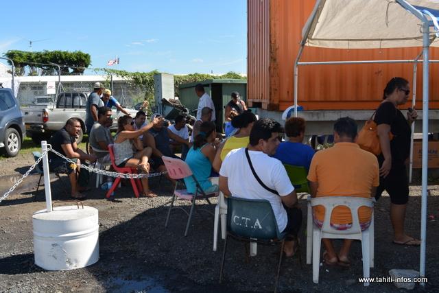 Les grévistes du commissariat hôtellerie se sont regroupés dans un coin de leur lieu de travail