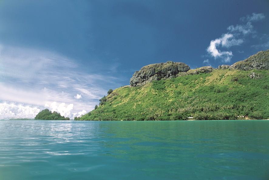 Au bout de l'île de Raivavae, le petit îlot démontre que la vahine a réussi là où l'homme a échoué ; le rivage commence à la pointe Hopa, dominée par les 203 m du mont Turivaa.