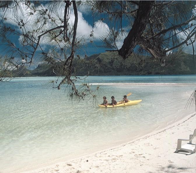 Après la balade au motu Hotuatua, on poursuit la route jusqu'au motu Rani ; kayak, baignade et pique-nique au menu de la journée. Raivavae est un paradis encore pratiquement vierge de touristes.