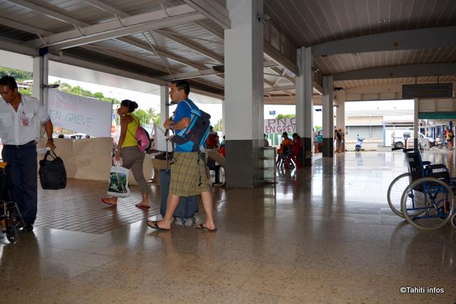 La grève à Air Tahiti a fait quelques heureux ce dimanche : des écoliers partis en vacances dans les îles la semaine dernière et qui n'ont pas pu rentrer en raison des annulations de vol.