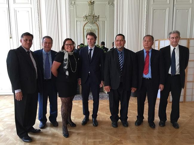 La délégation polynésienne ce mercredi à Paris avec François Baroin, président de l'association des maires de France.