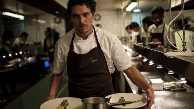 Le chef Rodolfo Guzman dans sa cuisine à Santiago, le 17 mai 2016  afp.com/MARTIN BERNETTI