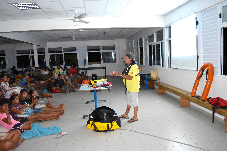 Une session d'information sur la sécurité en mer a été mise en place pour les collégiens de Makemo
