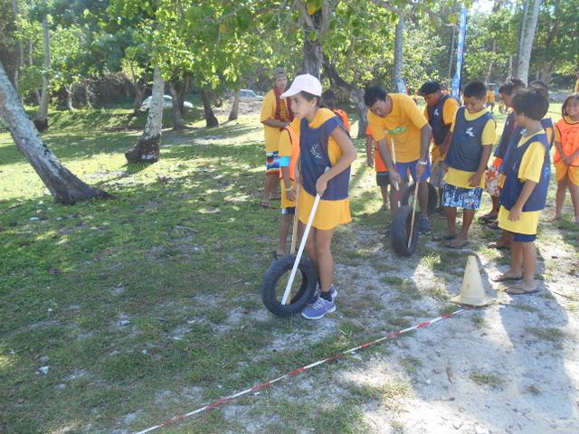 """Parmi les activités sportives qui ont été mises en place, les scolaires se sont exercés dans certaines épreuves typiques de l'île de la Réunion. Ici, on retrouve le """"ser-lariaz"""", une course qui consiste à faire avancer une roue à l'aide de deux bâtons."""